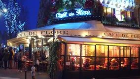 ΠΑΡΙΣΙ, ΓΑΛΛΙΑΣ - 31 ΔΕΚΕΜΒΡΙΟΥ, 2016 Steadicam που βλασταίνεται διάσημος Cafe de Flore το βράδυ Δημοφιλής τουριστικός προορισμός φιλμ μικρού μήκους