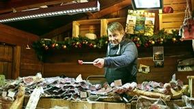 ΠΑΡΙΣΙ, ΓΑΛΛΙΑΣ - 31 ΔΕΚΕΜΒΡΙΟΥ, Steadicam που πυροβολείται των Χριστουγέννων και του νέου προμηθευτή στάβλων τροφίμων αγοράς έτο φιλμ μικρού μήκους