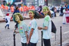 ΠΑΡΙΣΙ, ΓΑΛΛΙΑ - 17 ΑΠΡΙΛΊΟΥ: Οι νέοι συμμετέχοντες του χρώματος τρέχουν στις 17 Απριλίου 2016 στο Παρίσι, Γαλλία Το τρέξιμο χρώμ Στοκ Φωτογραφία