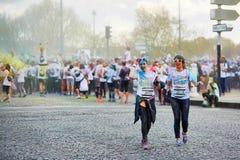 ΠΑΡΙΣΙ, ΓΑΛΛΙΑ - 17 ΑΠΡΙΛΊΟΥ: Οι συμμετέχοντες του χρώματος τρέχουν στις 17 Απριλίου 2016 στο Παρίσι, Γαλλία Το τρέξιμο χρώματος  Στοκ εικόνα με δικαίωμα ελεύθερης χρήσης