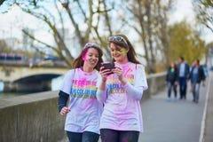 ΠΑΡΙΣΙ, ΓΑΛΛΙΑ - 17 ΑΠΡΙΛΊΟΥ: Οι συμμετέχοντες του χρώματος τρέχουν στις 17 Απριλίου 2016 στο Παρίσι, Γαλλία Το τρέξιμο χρώματος  Στοκ Εικόνες