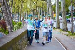 ΠΑΡΙΣΙ, ΓΑΛΛΙΑ - 17 ΑΠΡΙΛΊΟΥ: Οι συμμετέχοντες του χρώματος τρέχουν στις 17 Απριλίου 2016 στο Παρίσι, Γαλλία Το τρέξιμο χρώματος  Στοκ εικόνες με δικαίωμα ελεύθερης χρήσης