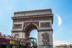 ΠΑΡΙΣΙ - ΓΑΛΛΙΑ - 30 ΑΥΓΟΎΣΤΟΥ 2015: Famous Arc de Triumph, καλοκαίρι Στοκ φωτογραφίες με δικαίωμα ελεύθερης χρήσης