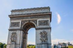 ΠΑΡΙΣΙ - ΓΑΛΛΙΑ - 30 ΑΥΓΟΎΣΤΟΥ 2015: Famous Arc de Triumph, καλοκαίρι Στοκ εικόνα με δικαίωμα ελεύθερης χρήσης
