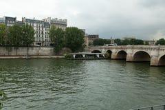 ΠΑΡΙΣΙ, ΓΑΛΛΙΑ - 1 Ιουνίου 2018: Κοντινός ποταμός του Σηκουάνα άποψης Παρίσι Γαλλία Ευρώπη Στοκ φωτογραφία με δικαίωμα ελεύθερης χρήσης