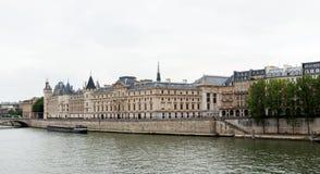 ΠΑΡΙΣΙ, ΓΑΛΛΙΑ - 1 Ιουνίου 2018: Κοντινός ποταμός του Σηκουάνα άποψης Παρίσι Γαλλία Ευρώπη Στοκ εικόνα με δικαίωμα ελεύθερης χρήσης