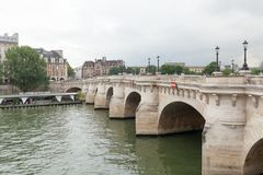 ΠΑΡΙΣΙ, ΓΑΛΛΙΑ - 1 Ιουνίου 2018: Κοντινός ποταμός του Σηκουάνα άποψης Παρίσι Γαλλία Ευρώπη Στοκ Εικόνες