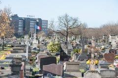 ΠΑΡΙΣΙ ΓΑΛΛΙΑ - 25 ΝΟΕΜΒΡΊΟΥ 2012: Νεκροταφείο πόλεων στο Παρίσι, Γαλλία Κυματίζοντας σημαία Στοκ Εικόνα