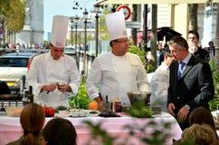 ΠΑΡΙΣΙ/ΓΑΛΛΙΑ - 23 Σεπτεμβρίου 2011: Παρουσίαση μαγειρέματος οδών της επιχείρησης FRERES BLANC στη λεωφόρο des Champs-Elysees στοκ φωτογραφία με δικαίωμα ελεύθερης χρήσης