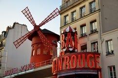 ΠΑΡΙΣΙ/ΓΑΛΛΙΑ - 24 Σεπτεμβρίου 2011: Ρουζ Moulin (κόκκινος μύλος), παγκοσμίως διάσημο cabaret στο Παρίσι στοκ εικόνα με δικαίωμα ελεύθερης χρήσης