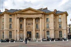 ΠΑΡΙΣΙ, ΓΑΛΛΙΑ, ΣΤΙΣ 24 ΑΠΡΙΛΊΟΥ 2016 Πρόσοψη του Sorbonne, διάσημο πανεπιστήμιο του Παρισιού στοκ φωτογραφία με δικαίωμα ελεύθερης χρήσης