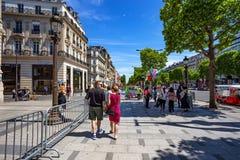 ΠΑΡΙΣΙ, ΓΑΛΛΙΑ - ΤΟΝ ΙΟΎΝΙΟ ΤΟΥ 2014: Οδός πόλεων στο ηλιόλουστο απόγευμα στοκ εικόνα με δικαίωμα ελεύθερης χρήσης