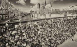 ΠΑΡΙΣΙ, ΓΑΛΛΙΑ - ΤΟ ΔΕΚΈΜΒΡΙΟ ΤΟΥ 2012: Οι τουρίστες επισκέπτονται Pont de L'Archevec Στοκ Εικόνες