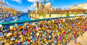 ΠΑΡΙΣΙ, ΓΑΛΛΙΑ - ΤΟ ΔΕΚΈΜΒΡΙΟ ΤΟΥ 2012: Οι τουρίστες επισκέπτονται Pont de L'Archevec Στοκ φωτογραφία με δικαίωμα ελεύθερης χρήσης