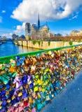 ΠΑΡΙΣΙ, ΓΑΛΛΙΑ - ΤΟ ΔΕΚΈΜΒΡΙΟ ΤΟΥ 2012: Οι τουρίστες επισκέπτονται Pont de L'Archevec Στοκ εικόνα με δικαίωμα ελεύθερης χρήσης