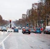 ΠΑΡΙΣΙ 10 ΙΑΝΟΥΑΡΊΟΥ: Κυκλοφορία στη λεωφόρο des champs-à ‰ lysées σε έναν άσχημο καιρό τον Ιανουάριο 10.2013 στο Παρίσι Στοκ φωτογραφία με δικαίωμα ελεύθερης χρήσης