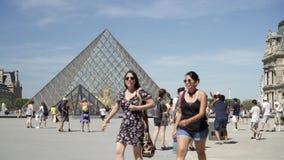 ΠΑΡΙΣΙ - 17 Ιουνίου 2019: Πραγματικός - χρόνος που καθιερώνει τον πυροβολισμό του περιπάτου τουριστών μπροστά από το Λούβρο Το μο απόθεμα βίντεο