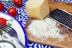 Παρμεζάνα και σαλάτα με τη σαλάτα Caesar κοτόπουλου με τα μικροϋπολογιστής-πράσινα, ντομάτες κερασιών σε ένα μπλε υπόβαθρο διακοσ στοκ φωτογραφίες με δικαίωμα ελεύθερης χρήσης