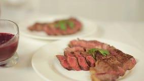 Παρουσίαση ενός εύγευστου βόειου κρέατος που εξυπηρετείται με ποικίλες σάλτσες για το κρέας φιλμ μικρού μήκους