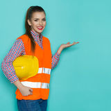 Παρουσίαση εργατών οικοδομών χαμόγελου θηλυκή Στοκ φωτογραφία με δικαίωμα ελεύθερης χρήσης