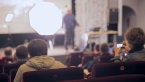Παρουσίαση, διάσκεψη, σεμινάριο Ομιλητής, παρουσιαστής στο στάδιο που παρουσιάζει Unrecognizable άκουσμα ακροατηρίων απόθεμα βίντεο