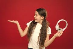 Παρουσίαση κάτι Λίγο παιδί που χρησιμοποιεί την τεχνολογία για τον ελεύθερο χρόνο ή την εκπαίδευση Χαριτωμένος οπαδός μουσικής με στοκ φωτογραφία