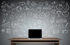 Παρουσίαση προγράμματος χειρογράφων που γράφεται σε έναν γκρίζο τοίχο πέρα από το γραφείο Στοκ εικόνα με δικαίωμα ελεύθερης χρήσης