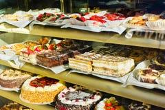 Παρουσίαση προθηκών κέικ στοκ φωτογραφίες