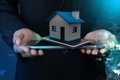 Παρουσίαση σπιτιού με το έξυπνο τηλέφωνο στοκ εικόνες