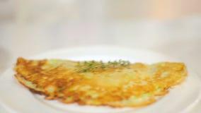Παρουσίαση των πιάτων, της σούπας και casseroles εστιατορίων από τις πατάτες και τα κολοκύθια απόθεμα βίντεο