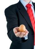παρουσίαση χεριών αυγών &epsilon Στοκ φωτογραφία με δικαίωμα ελεύθερης χρήσης