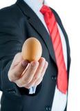 παρουσίαση χεριών αυγών &epsilon Στοκ Εικόνα