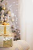 Παρουσιάζει κάτω από το υπόβαθρο φω'των χριστουγεννιάτικων δέντρων Στοκ Φωτογραφίες