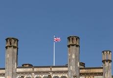 Παρουσιάζει σημαία του Union Jack που πετά πάνω από μια στέγη κάστρων στοκ φωτογραφία