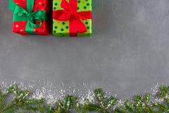 Παρουσιάζει τα κιβώτια δώρων στο διαστιγμένο έγγραφο χρώματος για τα Χριστούγεννα Στοκ Εικόνες