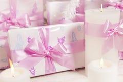 Παρουσιάζει τα κιβώτια δώρων, άσπρο ρόδινο χρώμα τόξων κορδελλών μεταξιού, γυναίκα στοκ εικόνες