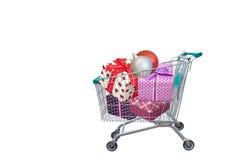 Παρουσιάζει το κιβώτιο δώρων κορδελλών στο καροτσάκι αγορών Στοκ Εικόνες