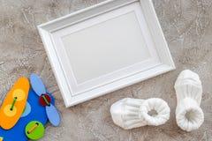 Παρουσιάζει το σύνολο για το ντους μωρών με πλαισίων το γκρίζο πετρών πρότυπο άποψης υποβάθρου τοπ Στοκ Εικόνες