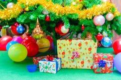 παρουσιάζει, tinsel, glob, έλατο, χριστουγεννιάτικο δέντρο στοκ εικόνες