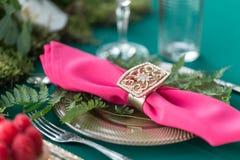 Παρουσιάστε την τιμή τών παραμέτρων Γαμήλιο ντεκόρ στο μαγικό δάσος για ένα αγαπώντας ζεύγος Ρόδινα και πράσινα χρώματα Επιδόρπιο στοκ εικόνες