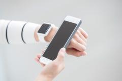 Παρουσιάστε το έξυπνα ρολόι και κινητό τηλέφωνο Στοκ Φωτογραφία
