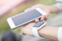Παρουσιάστε το έξυπνα ρολόι και κινητό τηλέφωνο Στοκ φωτογραφίες με δικαίωμα ελεύθερης χρήσης