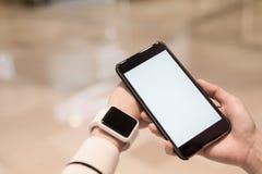Παρουσιάστε το έξυπνα ρολόι και κινητό τηλέφωνο Στοκ Φωτογραφίες