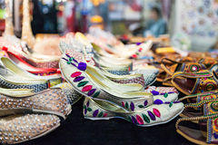 5735b20ebf80 Παρουσιάστε των παραδοσιακών παντοφλών στην Ινδία στοκ εικόνα με δικαίωμα  ελεύθερης χρήσης