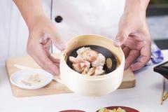 Παρουσιασμένος ο αρχιμάγειρας ατμός κομματιάζει το κινεζικό αμυδρό ποσό χοιρινού κρέατος και λουκάνικων στοκ φωτογραφία με δικαίωμα ελεύθερης χρήσης