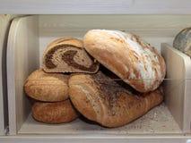 Παρουσιασμένο εσωτερικό κατάταξη άσπρο διαμέρισμα ψωμιού στο αρτοποιείο Στοκ εικόνες με δικαίωμα ελεύθερης χρήσης