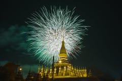 παρουσιασμένο πυροτέχνημα behide βουδιστικός ναός σε Vientiane, λαοτιανός ΠΠΑ στοκ εικόνες