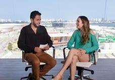 Παρουσιαστής που ρωτά μια διάσημη θηλυκή προσωπικότητα στο στούντιο TV Στοκ Εικόνες