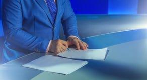 Παρουσιαστής TV που προετοιμάζεται να ζήσει βίντεο ροής Στοκ Εικόνα