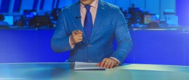 Παρουσιαστής TV που προετοιμάζεται να ζήσει βίντεο ροής Στοκ εικόνα με δικαίωμα ελεύθερης χρήσης